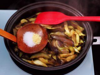 茄条炒海虹,这个时候加入适量的盐和鸡精调味。