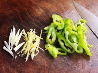 茄条炒海虹,青尖椒切丝,葱姜也切成丝备用。