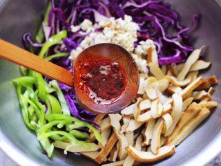 凉拌紫甘蓝香干,最后加入自制辣椒油增加口感。