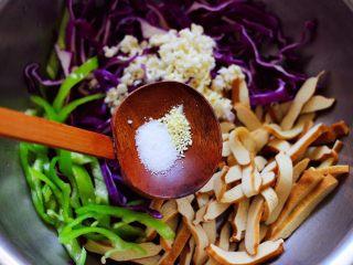 凉拌紫甘蓝香干,先加入盐和鸡精,再加入白糖调味。
