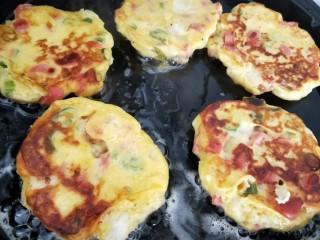 土豆泥火腿鸡蛋饼,煎制两面金黄即可。
