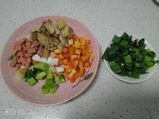 菠萝炒饭,各种配菜准备好。