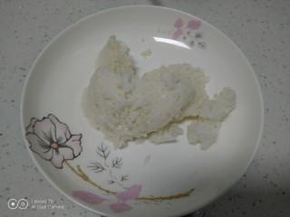 菠萝炒饭,隔夜米准备好。