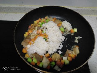 菠萝炒饭,倒入米饭。