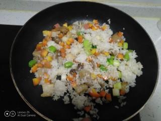 菠萝炒饭,翻炒均匀。