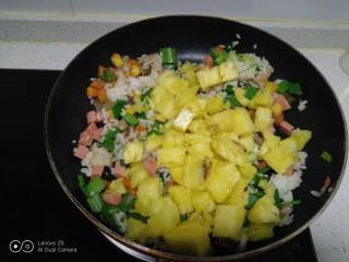 菠萝炒饭,倒入菠萝块。