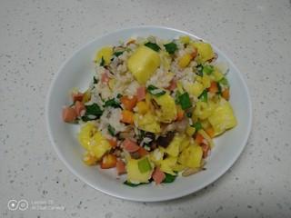 菠萝炒饭,盛入盘中 。
