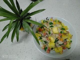 菠萝炒饭,铛铛挡~开吃了。
