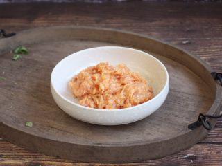 荠菜鸡肉馄饨,在肉馅里放一个鸡蛋、少许的胡椒粉、1小勺的料酒,1小勺的生抽、少许的盐、适量的水(高汤)朝一个方向搅拌均匀,将汤汁都打进肉馅中,肉馅有粘性即可。