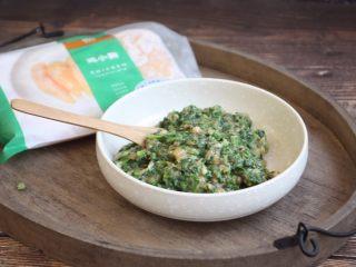 荠菜鸡肉馄饨,放少许的盐,朝一个方向搅拌均匀备用。