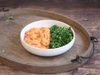 荠菜鸡肉馄饨,将调制好的肉馅和荠菜放在一起。