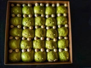 青蛙🐸挤挤包,把青蛙的白色眼睛👀组装到青蛙🐸的脸上,在绿色的面团上喷水以增加湿度让眼睛更容易粘在脸上,