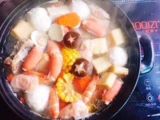 鲜味什锦火锅,将准备好的食材陆续加入,加入鸡汁进行调味