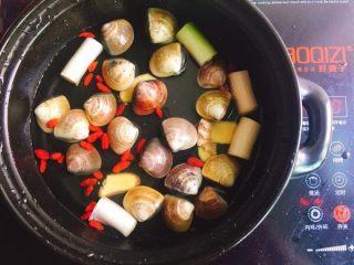 鲜味什锦火锅,取出火锅的锅具,加入适量清水,大葱,姜片,青蛾