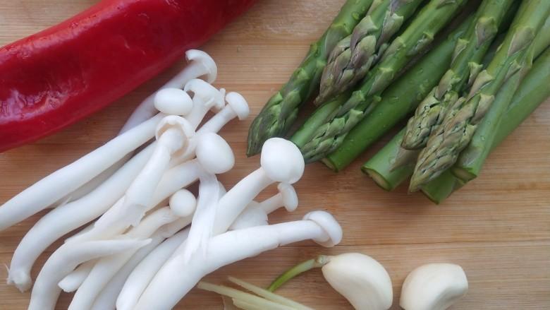 芦笋炒蘑菇,把春天吃进嘴里,准备好所有食材。