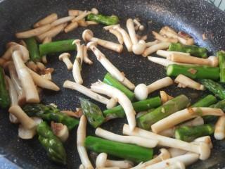 芦笋炒蘑菇,把春天吃进嘴里,热锅放油加入姜蒜爆锅,放入芦笋和白玉菇炒制。