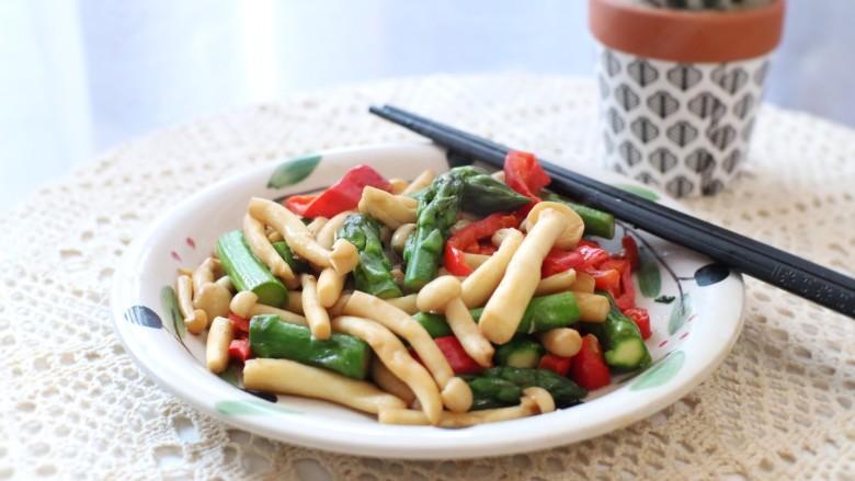 芦笋炒蘑菇,把春天吃进嘴里,大火快速煸炒,减少营养素的流失,吃到鲜嫩的口感。