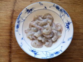 青豆玉米炒虾仁,腌制15-20分钟。