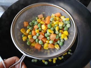 青豆玉米炒虾仁,焯好的蔬菜沥水捞出。