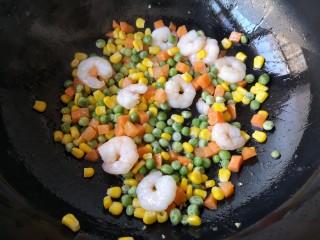 青豆玉米炒虾仁,大火快手翻炒均匀。