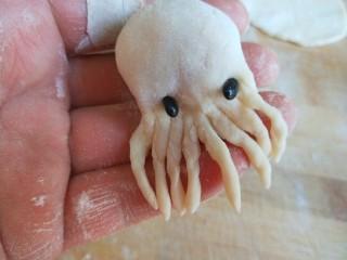 鳕鱼胡萝卜蒸饺,用黑豆做鱼的眼睛。