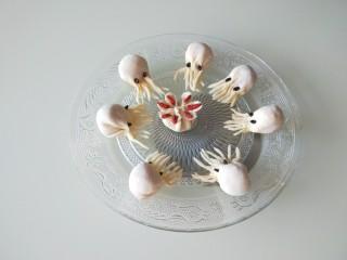 鳕鱼胡萝卜蒸饺,大部分孩子都喜欢章鱼,做墨斗鱼比较简单一点。