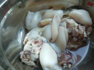 鳕鱼胡萝卜蒸饺,墨斗鱼洗干净只用三个。