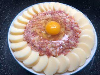 肉末日本豆腐,锅里放入适量水烧开,放入蒸架,把盘子放到蒸架上,盖上盖子,大火蒸20分钟。
