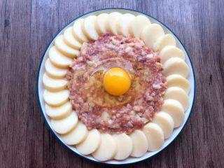 肉末日本豆腐,把腌制好的肉末倒入豆腐中间,用勺子在中间压一下,压一个小窝出来,在小窝里打入一个鸡蛋。