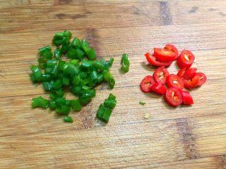 肉末日本豆腐,小米辣清洗干净切成圈圈,把辣椒籽去掉,葱叶清洗干净切成葱花。