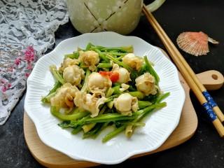 芹菜炒扇贝,拍上成品图,一盘美味又营养的芹菜炒扇贝就完成了。