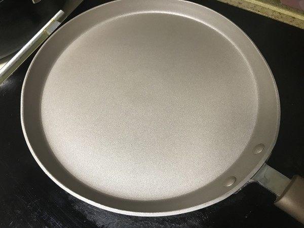 什锦煎蛋饼,平底锅抹少许油。