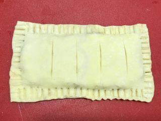 红豆派,用小刀在表面划几刀。