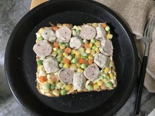 吐司披萨,再摆上各种蔬菜粒(我用的是胡萝卜粒、豌豆粒、玉米粒)。