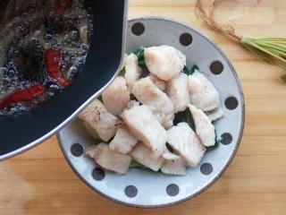 椒麻巴沙鱼,承包你的整个胃,趁热直接浇在鱼肉上。