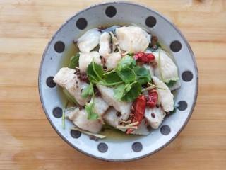 椒麻巴沙鱼,承包你的整个胃,放上些许香菜。   完成。