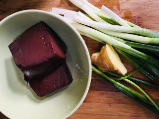 青蒜炒猪血,准备所需食材