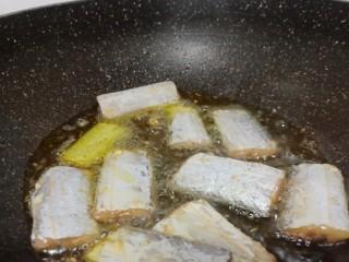 麻辣鲜香带鱼,锅里倒菜籽油,加带鱼煎炸(带鱼可以用厨房纸巾吸一下水份)