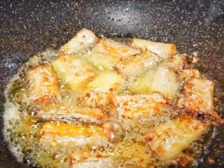 麻辣鲜香带鱼,煎至金黄色即可盛盘。