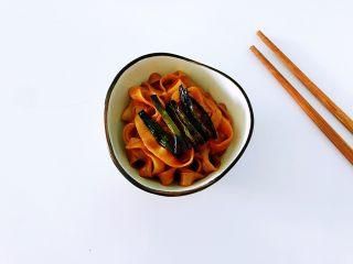 葱油拌面,吃的时候最好是能细嚼慢咽,吃完以后适当的多做下运动,并且整天饮食以清淡为主。