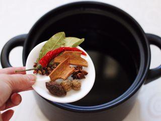 香卤五花肉,先放入香叶,桂皮和八角,花椒和草果,还有肉蔻。