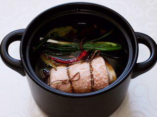 香卤五花肉,砂锅里放入绑好绳的五花肉。