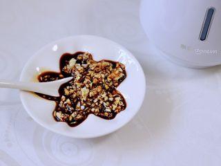 香卤五花肉,把绞好的蒜泥,放到一个小盘里,倒入味极鲜酱油搅拌均匀就可以了。