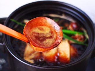 香卤五花肉,用勺子撇去浮末,盖上锅盖转小火煮30分钟。