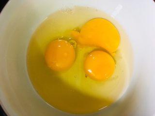 香椿炒鸡蛋,鸡蛋打入碗中