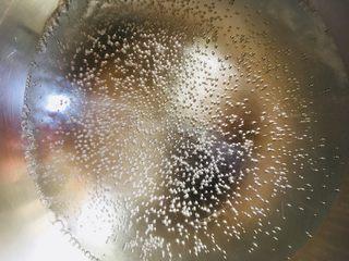 香椿炒鸡蛋,锅中放水烧开