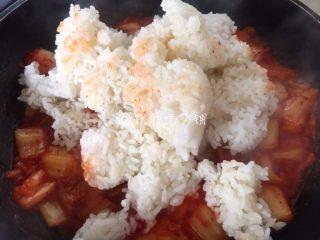 泡菜金枪鱼炒饭,然后放入米饭。