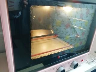 手抓饼披萨,烤箱上下管200度预热。