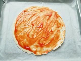 手抓饼披萨,抹上一层<a style='color:red;display:inline-block;' href='/shicai/ 699/'>番茄酱</a>。