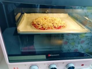 手抓饼披萨,上下管200度烤20分钟。